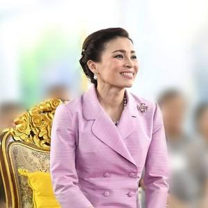 Foto: Adu Gaya 2 Istri Raja Thailand: Ratu Suthida Vs. Selir Sineenat