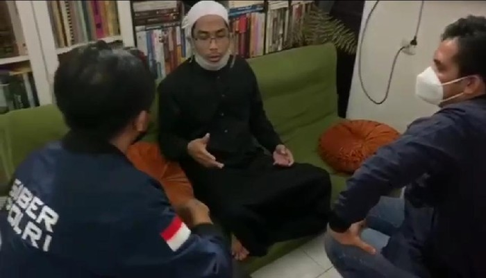 Ustadz Maaher Saat Diamankan oleh Penyidik Bareskrim Polri di Kediamannya