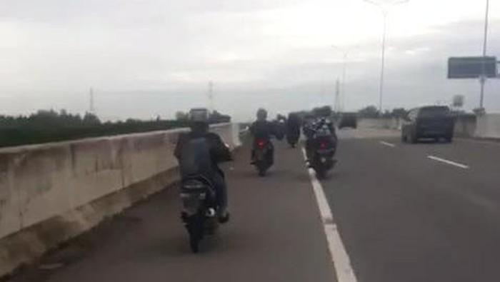 Banjir menyebabkan sejumlah pengendara sepeda motor masuk jalan tol di Medan Helvetia, Medan (dok Istimewa)