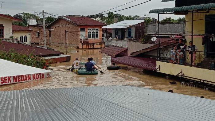 Banjir seatap rumah warga di Medan (Ahmad Arfah-detikcom)