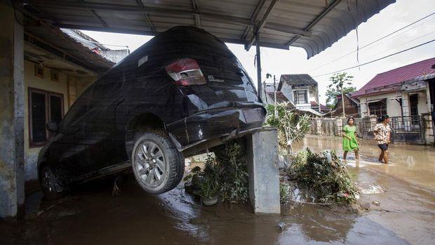 Banjir melanda kawasan Medan. Tak hanya merusak rumah dan kendaraan, banjir tersebut juga turut menewaskan 5 orang warga. Berikut potret akibat banjir di Medan.