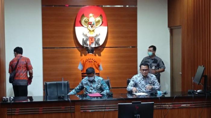 Direktur Teknik dan Pengelolaan Armada PT Garuda Indonesia periode 2007-2012 Hadinoto Soedigno Ditahan KPK