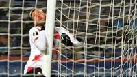 Telak Banget! Hantam Tiang Gawang demi Cetak Gol di Liga Europa