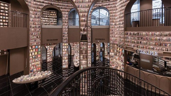 Hanya walau toko buku itu dipenuhi oleh buku di semua sudutnya, tidak semua buku dapat dibaca. Buku-buku yang berada di bagian atas misalnya, hanya berfungsi sebagai dekor untuk mempercantik dan bukan untuk dibaca (istimewa/Shao Feng)