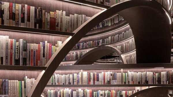 Sedangkan buku-buku di rak yang dapat terjangkau tangan, dapat dibaca oleh pengunjung. Jadi jangan berpikir untuk mengambil buku di dekat langit-langit ya traveler! (istimewa/Shao Feng)