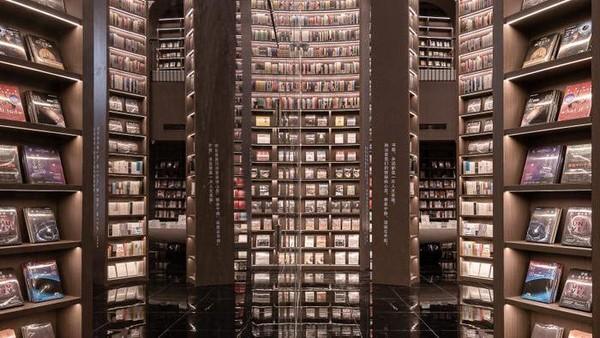 Secara teknis, toko buku itu terdiri dari dua lantai yang masing-masing tingkatannya dihiasi dengan deretan rak buku bercahaya dan tampak tak terbatas. Efek itu disebabkan karena penggunaan kaca di atap perpustakaan yang seakan menciptakan ilusi luas dan tak terbatas (istimewa/Shao Feng)