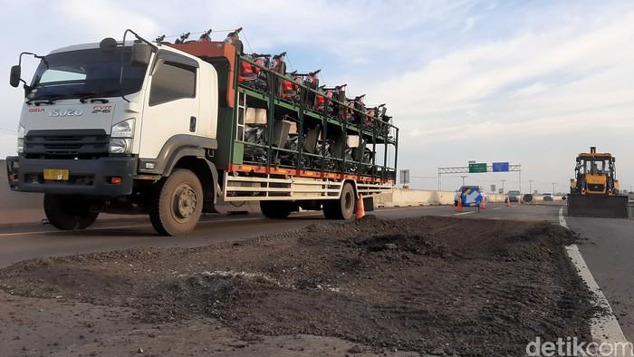 Sejumlah lubang ditemukan di ruas tol Trans Sumatera di Palembang-Kayu Agung. Para pengendara pun harus berhati-hati saat melintasi jalan tol tersebut.