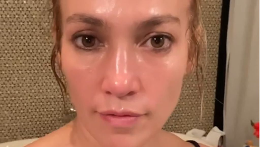 Wajah Glowing Jennifer Lopez Dituding Penuh Botoks