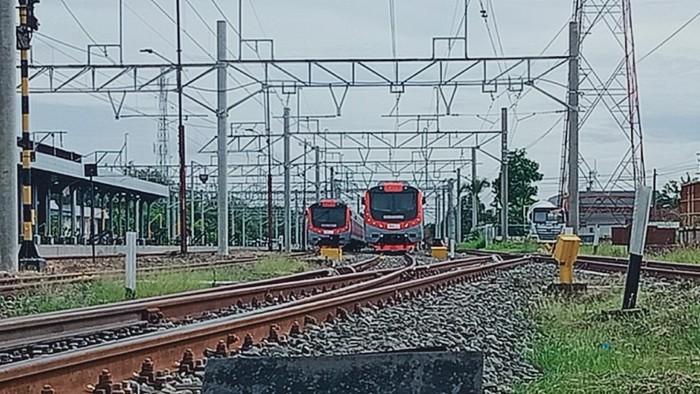 KRL diparkir di stasiun Klaten, Jumat (4/12).