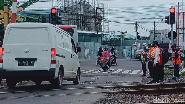 Lampu bangjo yang membuat antrean kendaraan berhenti di atas rel kereta api di Klaten, Jumat (4/12/2020).