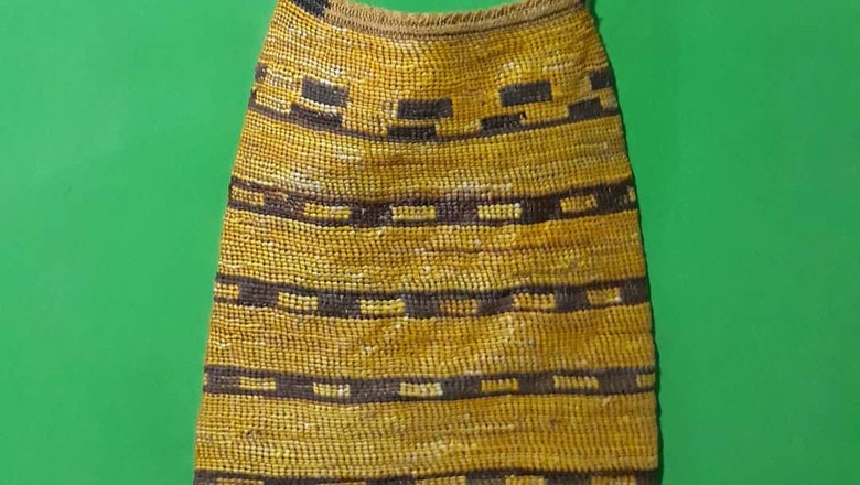 Ada salah satu Noken yang menarik, Noken ini hanya dipakai oleh pria saja. Noken ini hanya dibuat oleh pria Suku Mee. Noken ini disebut juga sebagai Noken emas.