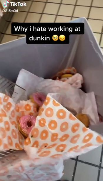 Pegawai Dunkin Buang Donat yang Tak Laku Terjual