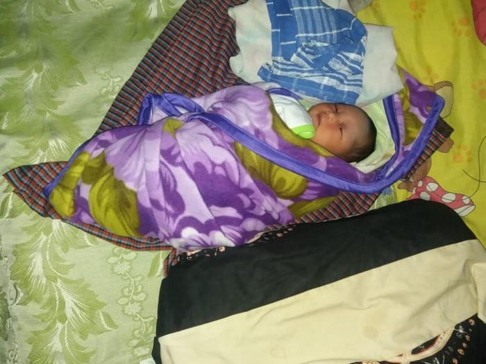 Warga Desa Tiron, Kecamatan/Kabupaten Madiun menemukan bayi di Musala Al-Falah. Warga menemukan bayi tersebut saat akan salat subuh.