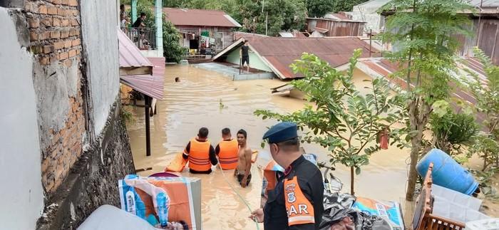 Personel Brimob Polda Sumut evakuasi warga korban banjir Medan (dok. Istimewa)