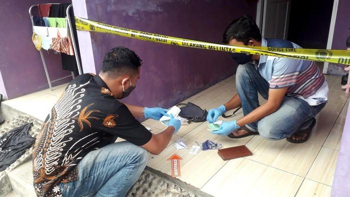 Petugas melakukan olah TKP penemuan mayat wanita di kos, Purworejo, Jumat (4/12/2020).