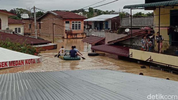 Banjir melanda sejumlah wilayah di Medan Maimun, Medan. Ketinggian banjir di wilayah ini mencapai atap rumah warga.