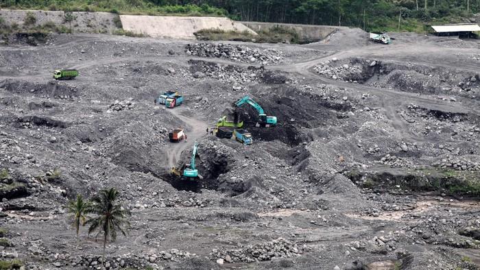 Meski Gunung Semeru tengah erupsi, proses penambangan pasir di aliran sungai Gunung Semeru tetap berlangsung. Begini potretnya.