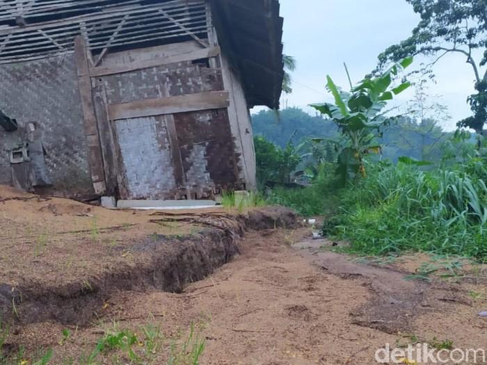 Retakan dan pergerakan tanah di Sukabungah Cianjur bertambah parah akibat hujan yang terus mengguyur