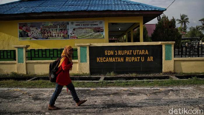 Sejumlah anak mengikuti belajar tatap muka di kawasan  SDN 03 Rupat Utara, Bengkalis, Riau, Kamis (19/11/2020).