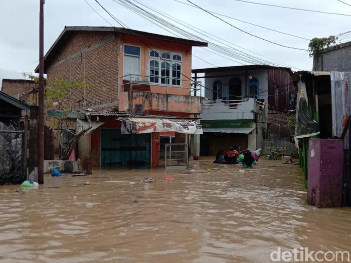 Situasi banjir di Medan pada Jumat (4/12) sore (Ahmad Arfah/detikcom)