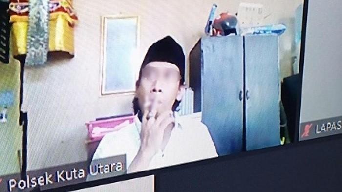 Terdakwa di Bali malah merokok saat hakim membaca putusan perkara (dok Istimewa)