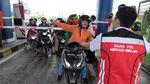 Imbas Banjir, Pemotor Nekat Terobos Tol Medan-Binjai