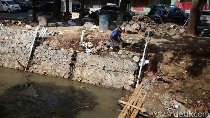 Turap Kali Baru di Kelurahan Lenteng Agung, Jakarta Selatan, tengah diperbaiki. Turap diperbaiki karena sudah rapuh dan longsor.