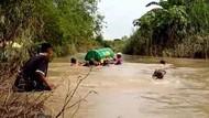 Warga Seberangkan Keranda Lewat Sungai Gegara Makam Dusun Terendam Banjir