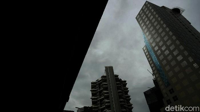 Sempat viral langit Jakarta kian membiru, namun hari ini, Sabtu (12/5) awan mendung terlihat menyelimuti Ibu Kota.