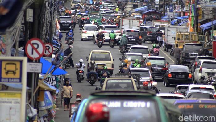 Arus wisatawan menuju Lembang terpantau ramai pada Sabtu (5/12). Padahal, saat ini masuk ke dalam zona merah dengan risiko penularan COVID-19 yang tinggi.
