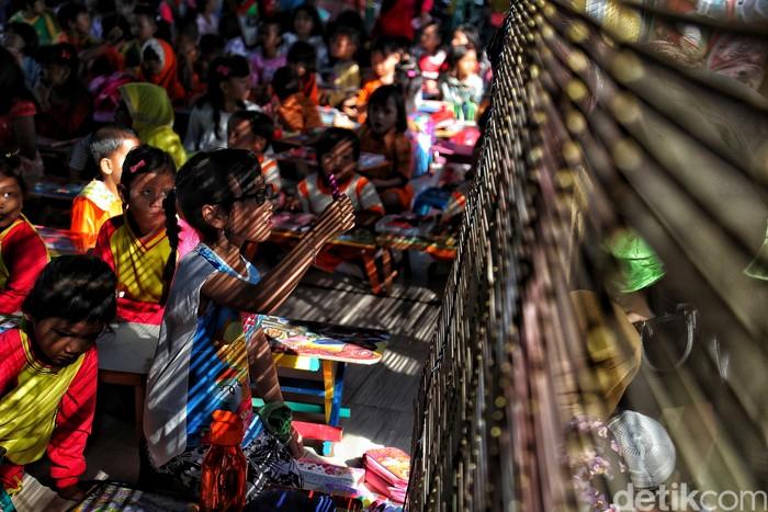 Utara Jakarta bisa menjadi salah satu tempat yang asyik untuk para pegiat fotografi. Cahaya pagi ataupun senja jadi alternatif untuk melukis indahnya Jakarta.  Seperti beberapa kumpulan foto karya fotografer detikcom Pradita Utama yang memang dalam kesehariannya bertugas di kawasan Utara Jakarta.