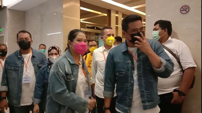 Bobby Nasution saat tiba di lokasi debat terakhir Pilkada Medan bersama Kahiyang Ayu (Ahmad Arfah-detikcom)