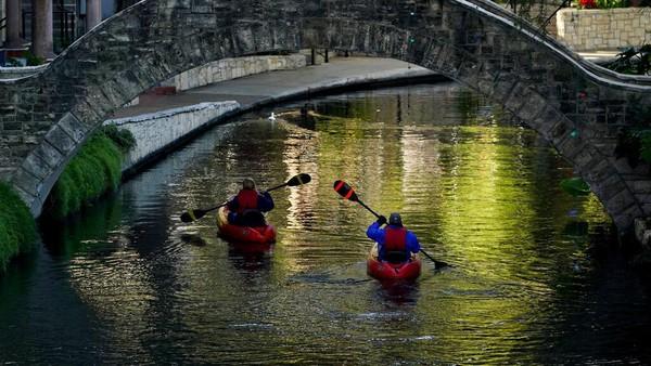 Kini River Wall membuka wisata mendayung kayak hingga Januari.
