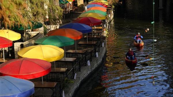 Warga juga bisa duduk di sepanjang River Wall sambil memperhatikan para pendayung kayak.