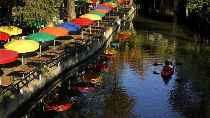 River Wall San Antorio kini membuka wisata mendayung kayak. Wisatawan bisa menghabiskan akhir pekannya dengan duduk santai atau ikut mendayung kayak.