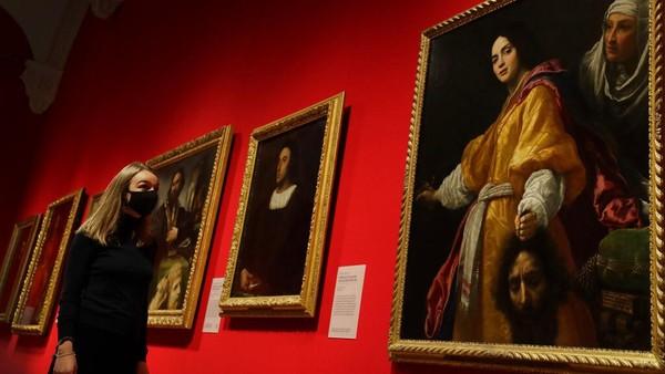 Seorang wanita melihat ke arah lukisan karya Cristofano Allori berjudul Judith With The Head of Holofernes di The Queens Gallery di London, Kamis (3/12/2020) waktu setempat.