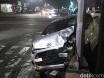 Ayla Hantam Tiang TL di Surabaya, Sebelumnya Tabrak Mobil dan Orang Nyebrang