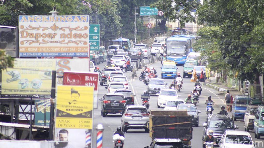 Zona Merah, Kota Bandung Ramai Dilintasi Wisatawan