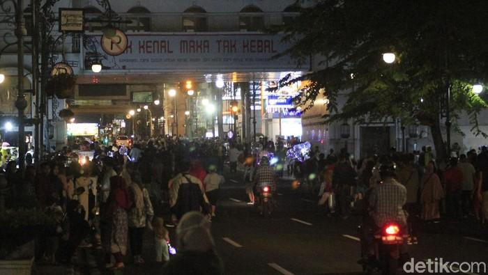 Kerumunan Massa di Alun-alun Bandung