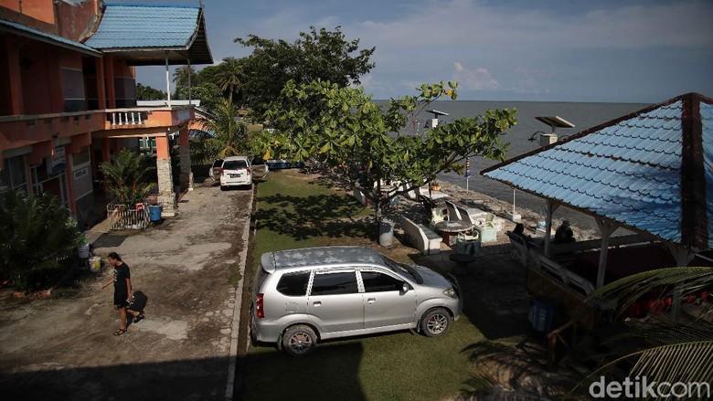 Jauh sebelum pariwisata dilirik di Pulau Rupat, seorang pensiunan guru bernama Bahtiar lebih dulu membangun penginapan di sana. Inilah kisahnya.