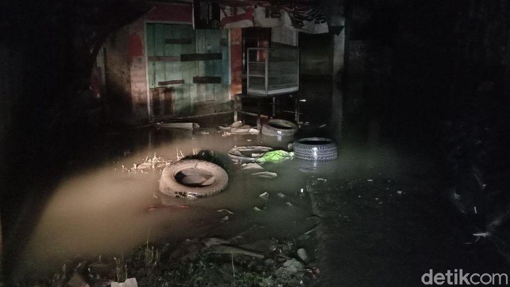 Banjir Setinggi Atap Rumah di Medan Surut, Sampah Berserakan