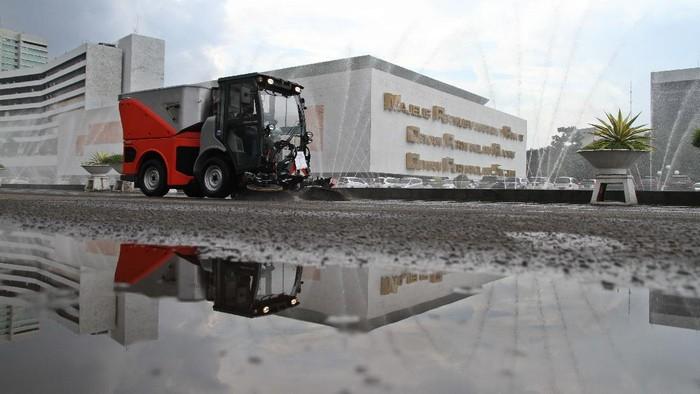 Satu unit mobil terlihat wara-wiri di kompleks parlemen, Senayan, Jakarta. Ternyata mobil tersebut adalah mobil penyapu otomatis lho.