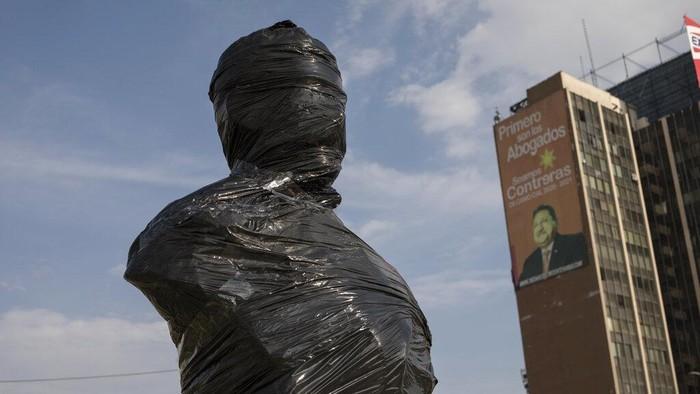 Pemerintah kota Lima mengambil langkah antisipasi melindungi monumen dan patung bersejarah yang ada di kota dari aksi vandalisme demonstran.