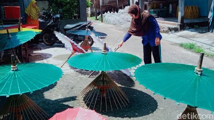 Meski omzet payung seni di Kabupaten Klaten anjlok, mereka tetap bersemangat. Di tengah pandemi yang merebak, UKM ini tetap bertahan lho.