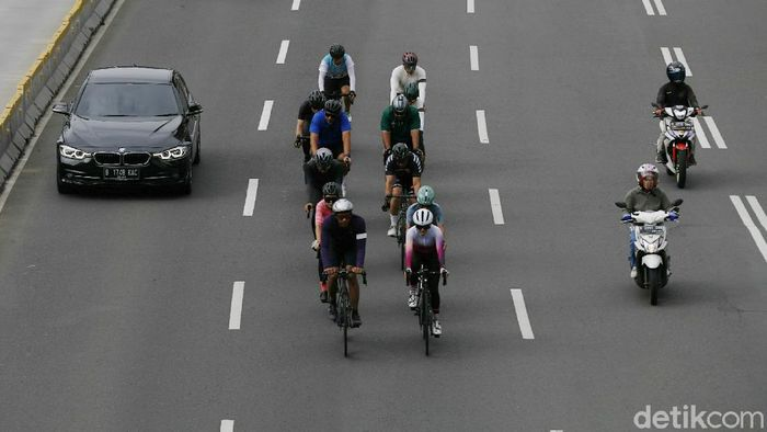 Sejumlah pesepeda di kawasan Jalan Jenderal Sudirman, Jakarta, nekat memasuki jalur cepat. Aksi tersebut tentu saja dapat membahayakan nyawa dan pengguna jalan lainnya.