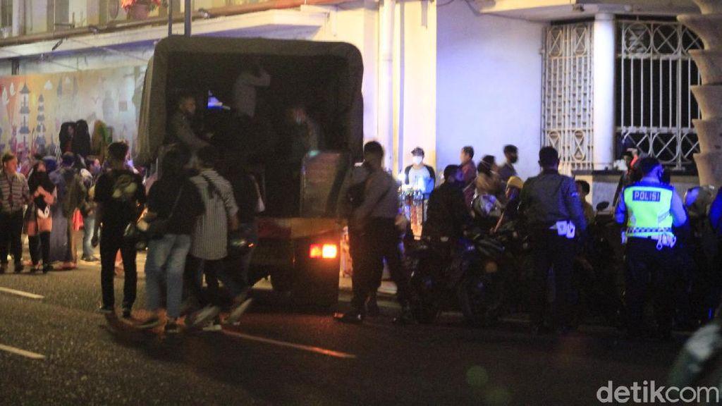 Bandung Zona Merah, Polisi Bubarkan Kerumunan Massa di Alun-alun