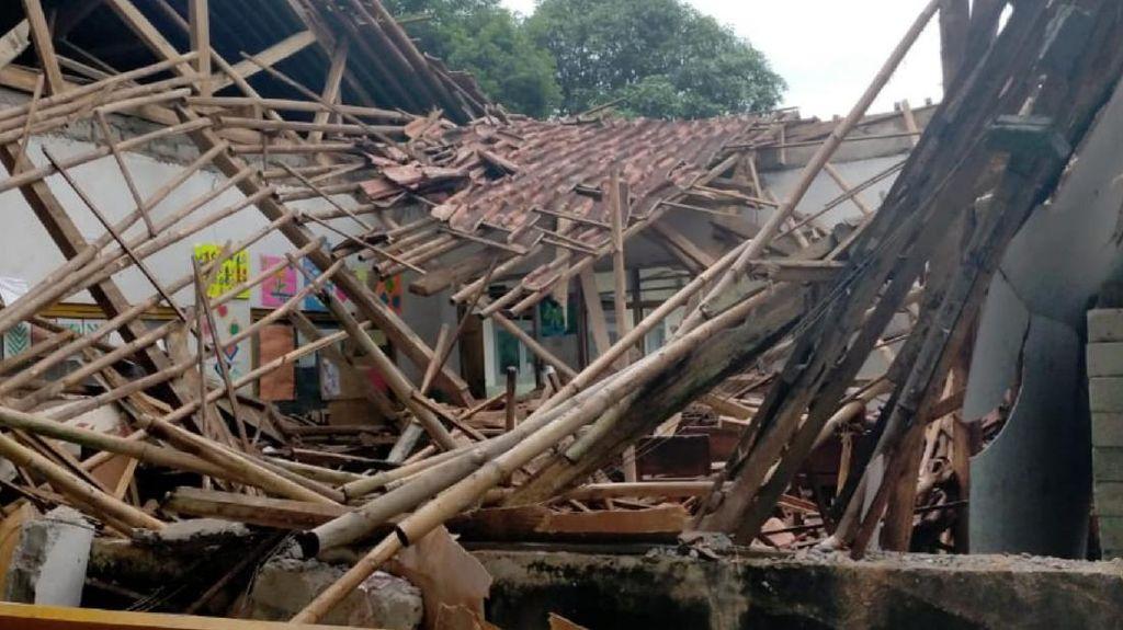 1 Ruangan Madrasah di Sukabumi Ambruk Diterjang Angin Kencang