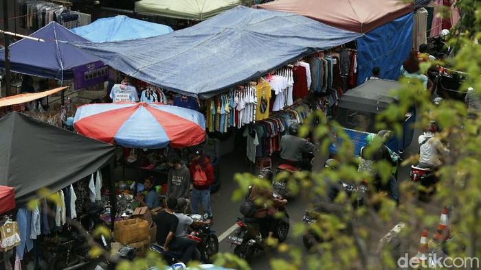 Pedagang Kaki Lima (PKL), memenuhi setengah badan jalan, di KH Abdullah Syafei, Tebet, Jakarta. Imbasnya, jalan menjadi macet dan kerumunan pun tak terhindarkan.