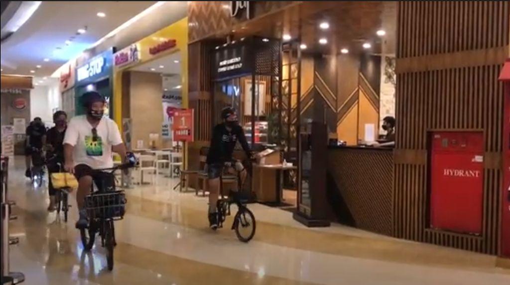 Sensasi Unik Gowes Sepeda di Dalam Mal