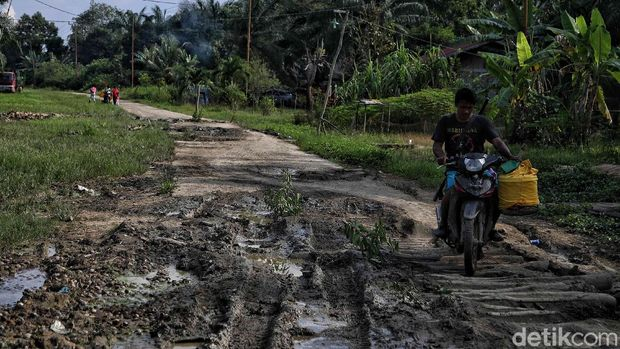 Salah satu permasalahan di Rupat Utara, Bengakalid, Riau, adalah akses jalan. Infrastruktur jalan yang belum memadai menjadi kendala.